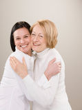 Tirado del abrazo adulto cariñoso de la madre y de la hija Fotografía de archivo