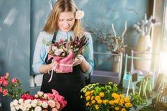 Tirado del adolescente que sostiene las flores interiores Fotografía de archivo libre de regalías