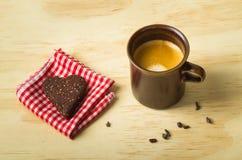Tirado del café express con la galleta sana de la semilla del chia del corazón del paleo imagen de archivo libre de regalías