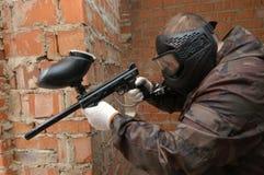 Tirado del francotirador del jugador del paintball. Fotos de archivo