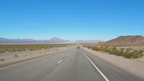 Tirado del movimiento del coche en una carretera en el desierto en el camino a Las Vegas metrajes