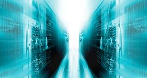 Tirado del pasillo en centro de datos de trabajo por completo de servidores y de superordenadores del estante con la proyección d Imagen de archivo