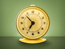 Tirado del reloj de alarma retro del estilo cobarde de los años 70. Imágenes de archivo libres de regalías