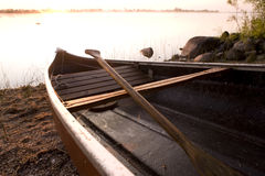Tirado en salida del sol con la canoa Fotos de archivo libres de regalías