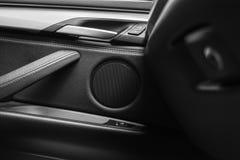 Tirador de puerta con los botones del control del elevalunas eléctrico de un vehículo de pasajeros de lujo Interior de cuero negr Imagen de archivo