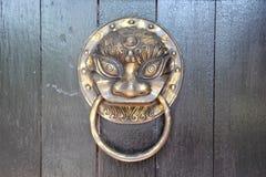 Tirador de puerta de cobre amarillo Imagen de archivo