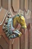 Tirador de puerta de cobre amarillo de un caballo Fotos de archivo
