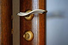 Tirador de puerta de cobre amarillo del vintage con un cierre y una cerradura Imágenes de archivo libres de regalías