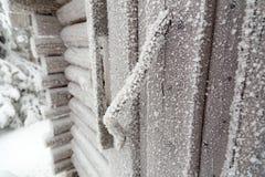 Tirador de puerta de un granero cubierto con helada Fotos de archivo libres de regalías