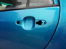 Tirador de puerta del coche en el coche azul viejo Foto de archivo libre de regalías