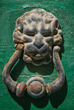 Tirador de puerta en hierro labrado Foto de archivo libre de regalías