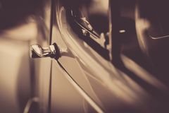 Tirador de puerta de este coche en blanco y negro en primer fotos de archivo libres de regalías