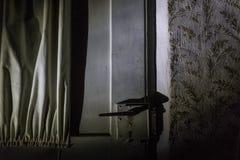 Tirador de puerta de la casa encantada en la noche imagenes de archivo