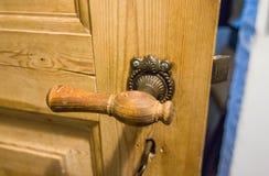 Tirador de puerta de madera clásico imagen de archivo