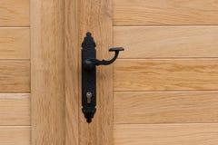 Tirador de puerta negro, puertas de madera fotografía de archivo