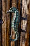 Tirador de puerta original en la forma del seahorse fotografía de archivo libre de regalías