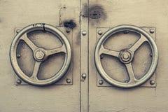Tirador de puerta de oro viejo El botón de puerta maíz-coloreado metálico en la forma del volante aureate Tirador de puerta metál fotos de archivo libres de regalías