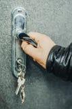 Tirador de puerta y la mano Foto de archivo