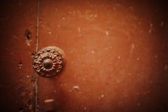 Tirador del vintage en una puerta vieja Fotos de archivo libres de regalías