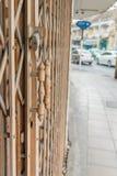 Tiradores de puerta viejos con acero del moho Fotografía de archivo libre de regalías