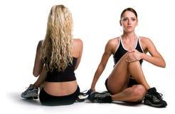 Étirage de filles de forme physique   Photo stock