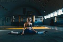 ?tirage de la fille de gymnaste faisant la fente verticale, ficelle Vue de c?t? de jeune femme attirante faisant l'exercice de no image libre de droits