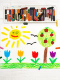 Tiragem: ajardine com árvore de maçã, flores da tulipa um sol feliz Fotografia de Stock Royalty Free