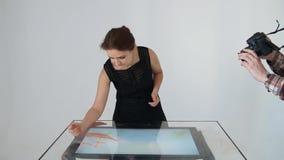 Tiragem com areia Areia do desenho em uma tela O artista Hands da areia tira animation video estoque