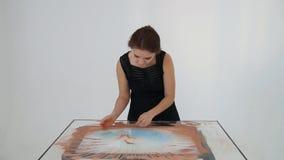 Tiragem com areia Areia do desenho em uma tela O artista Hands da areia tira animation filme