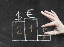 Tiragem com giz no quadro-negro: símbolos de moeda do mundo sobre Imagens de Stock Royalty Free