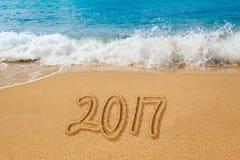 Tiragem na areia por um oceano da palavra 2017 Fotografia de Stock Royalty Free