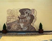Tiragem na parede de uma casa em uma rua de uma cidade Báltico pequena fotos de stock royalty free