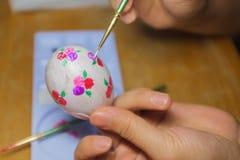 Tiragem na preparação do ovo para a Páscoa Imagens de Stock Royalty Free