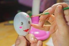 Tiragem na preparação do ovo para a Páscoa Foto de Stock Royalty Free