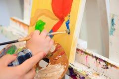 Tiraggio che un'immagine dipinge, lezione del bambino e della madre di arte immagine stock
