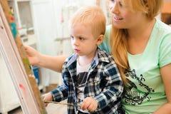 Tiraggio che un'immagine dipinge, lezione del bambino e della madre di arte fotografia stock libera da diritti