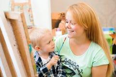 Tiraggio che un'immagine dipinge, lezione del bambino e della madre di arte immagine stock libera da diritti