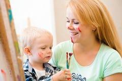 Tiraggio che un'immagine dipinge, lezione del bambino e della madre di arte immagini stock libere da diritti