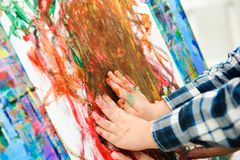 Tiraggio che un'immagine dipinge, lezione del bambino e della madre di arte fotografie stock