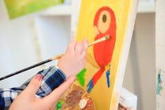 Tiraggio che un'immagine dipinge, lezione del bambino e della madre di arte immagini stock