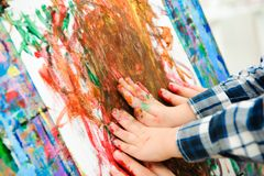 Tiraggio che un'immagine dipinge, lezione del bambino e della madre di arte fotografie stock libere da diritti