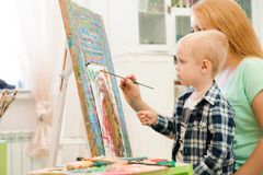 Tiraggio che un'immagine dipinge, lezione del bambino e della madre di arte fotografia stock