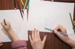 Tiraggio dei bambini con le matite colorate immagini stock
