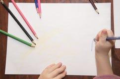Tiraggio dei bambini con le matite colorate fotografia stock libera da diritti
