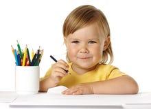 Tiraggio del bambino con i pastelli ed il sorriso fotografie stock libere da diritti