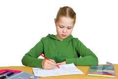 Tiraggio del bambino con le matite variopinte, isolate fotografia stock