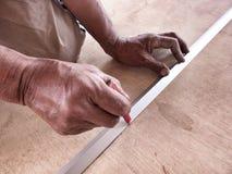 Tiraggio del carpentiere una linea su un bordo di legno. fotografia stock