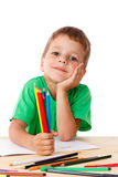 Tiraggio del ragazzino con i pastelli immagine stock