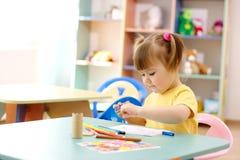 Tiraggio della bambina con gli indicatori di colore Fotografia Stock Libera da Diritti
