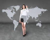 Tiraggio della donna di affari una mappa sulla parete fotografia stock libera da diritti
